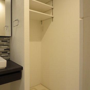 洗濯機置場の上にも収納があるので、洗剤なんかも置けますね※写真は前回募集時のものです。