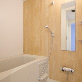 お風呂は木目シートであたたかい◎※同間取り別部屋の写真です
