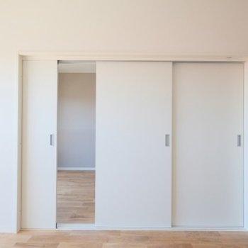 こうなります!引き戸なので、スキな位置で扉を止められるところもいいですね◎※同間取り別部屋の写真です
