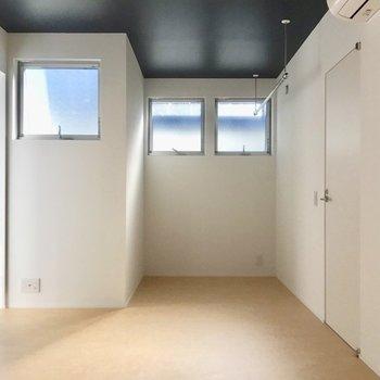 清潔感のあるお部屋とちょうどいい色合い。右にこっそり写っているのは洗濯物干し※写真は前回募集時のものです