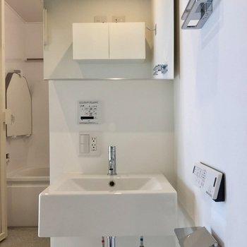 その目の前に独立洗面台。鏡の裏には収納付き※写真は前回募集時のものです