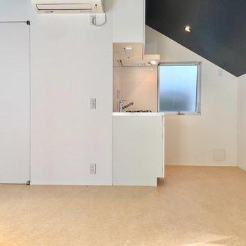 階段側から。ちっちゃいけどキッチン横に窓があるのがありがたい。※写真は前回募集時のものです
