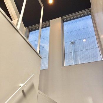 階段を登っていると見える大きな窓。※写真は前回募集時のものです