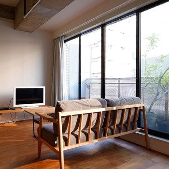 大きな窓からは光が溢れます※家具家電はイメージです