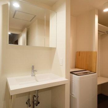 洗面台の奥にも収納スペースがあります。※現状優先になります