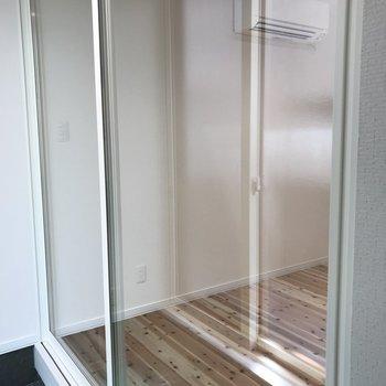 玄関入ってからも透明の扉!※写真は反転間取り別部屋です。