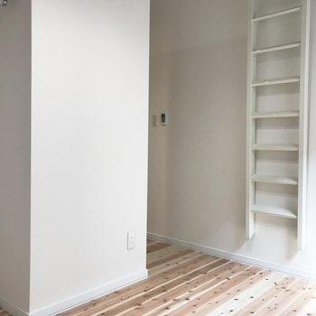 ハシゴを設置して上に上っていきます。※写真は反転間取り別部屋です。