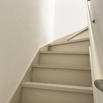 階段をてくてく。※写真は反転間取り別部屋です。
