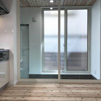1階はキッチンとトイレなんです※写真は反転間取り別部屋です。