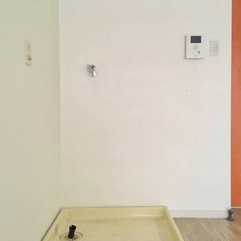 洋室の中に洗濯機置き場。普段は布で隠しておきましょう!