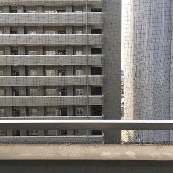 大通り挟んでお向かいのマンション
