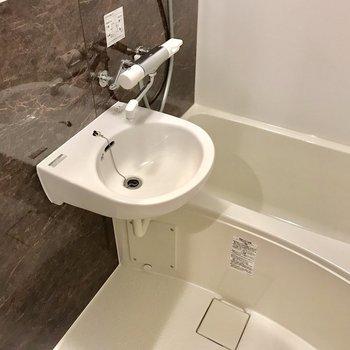 清潔感が保たれている浴室。床が濡れる場合は、スリッパを使いましょう