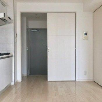 白を基調としたお部屋。※写真は4階の同間取り別部屋のものです