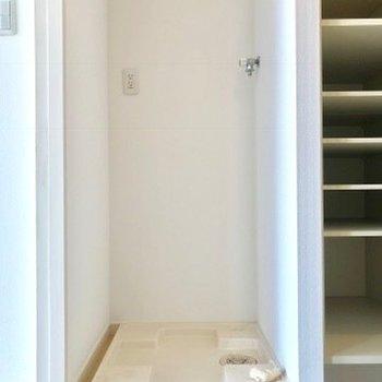 隣に洗濯機置き場。※写真は4階の同間取り別部屋のものです