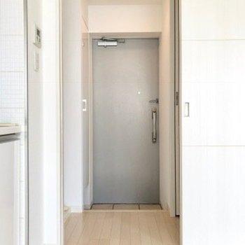 玄関。シンプルでいい感じ。※写真は4階の同間取り別部屋のものです