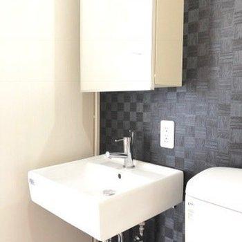 スタイリッシュな洗面器。※写真は4階の同間取り別部屋のものです