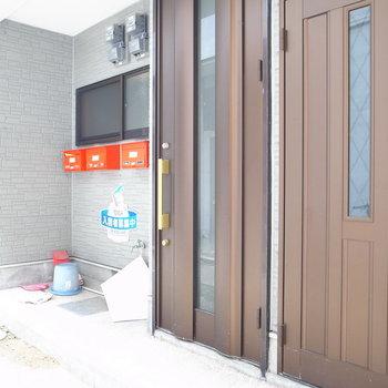 【共用部】似たドアが並んでいます。今回のお部屋は右のほうを開けて、