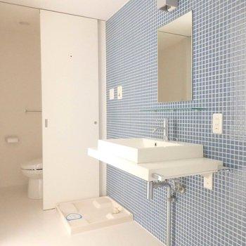 ブルーのタイルが映えます※写真は9階の同間取り別部屋のものです。