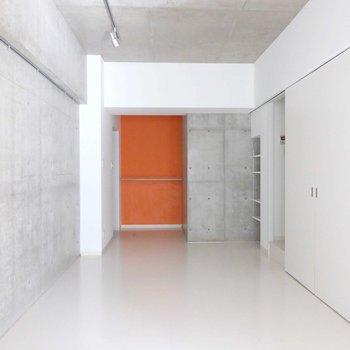 玄関のオレンジの壁面が特徴的!※写真は9階の同間取り別部屋のものです。