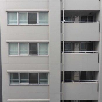 周りはビルが多いです。※写真は9階の同間取り別部屋のものです。