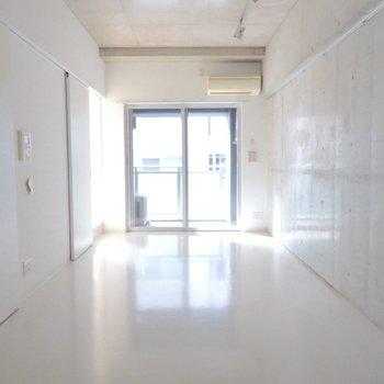 どうインテリアを配置しようかな? ※写真は9階の同間取り別部屋のものです。