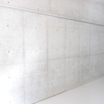 壁面には何を掛けようか?※写真は9階の同間取り別部屋のものです。