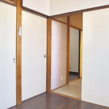 【洋室】所々にある木の柱がいいなぁ