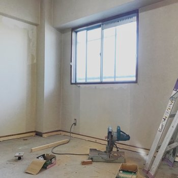 【工事中】玄関横の洋室。ちゃんと光が入ってきます。