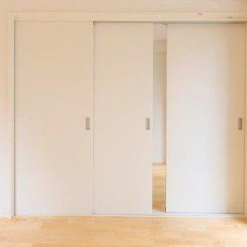 引き戸を開けて【洋室①】へ※写真はイメージ