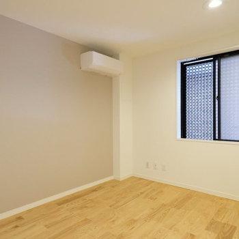 もう1つの洋室には、アクセントクロスが!※実際のお部屋はエアコンなし・写真はイメージ