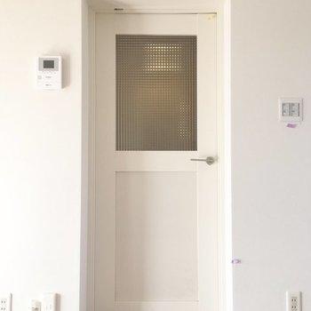 窓付きドアが廊下とLDKを区切ります※写真はイメージ