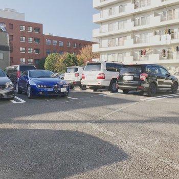建物の目の前には駐車場も〜