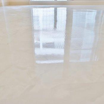 ピカピカの床。※写真は別部屋
