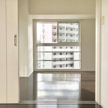ブラウン×ホワイトでカントリーな雰囲気。※写真は8階の同間取り別部屋のものです