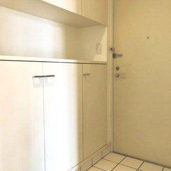 白のタイルがカワイイ玄関。※写真は8階の同間取り別部屋のものです
