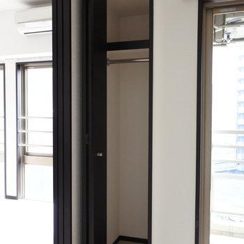 こちらのスリムクローゼット。少なめ。※写真は6階の同間取り別部屋のものです