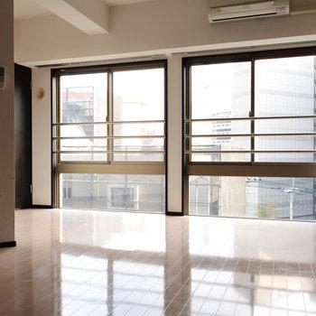 窓が大きくて、開放的!※写真は6階の同間取り別部屋のものです