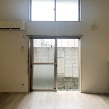 上下に2つの窓があって、明るい光が差し込む〜