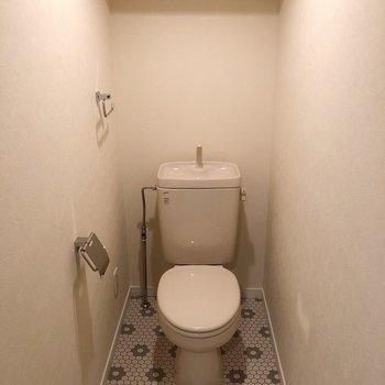 かわいい花柄タイルのトイレ。個室で広々ですよ。