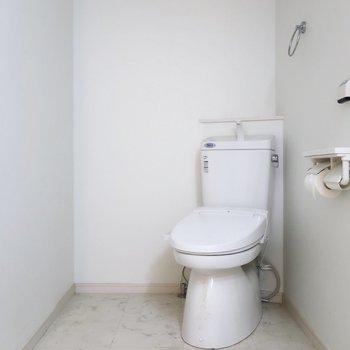 トイレはオープンスタイル!斜めの配置が個性的◎(※写真は清掃前のものです)