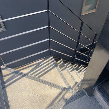 お部屋は階段で3階へ