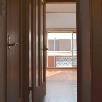 玄関から見た居室。