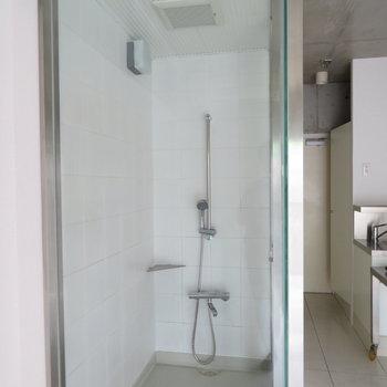 スケスケのシャワールーム