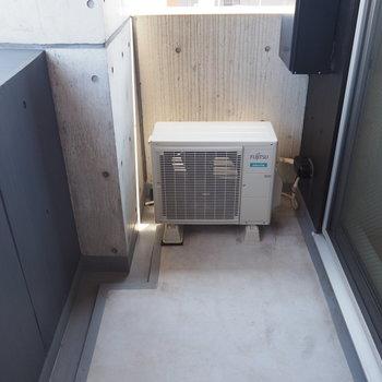 バルコニーは自分でスタンドを置けば洗濯物も干せる広さ※写真は9階の同間取り別部屋のものです。
