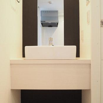 お風呂前の洗面スペース※写真は9階の同間取り別部屋のものです。