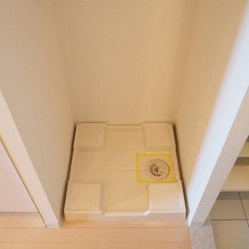 キッチン横に洗濯機置場※写真は9階の同間取り別部屋のものです。