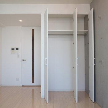 クローゼット、奥行きもばっちり※写真は9階の同間取り別部屋のものです。