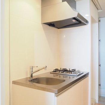 キッチンは2口コンロ!※写真は9階の同間取り別部屋のものです。