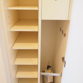 靴箱は一人なら十分な容量※写真は9階の同間取り別部屋のものです。