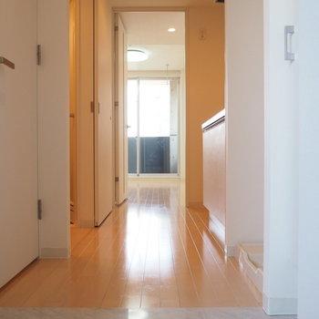 玄関から。タイルが上品※写真は9階の同間取り別部屋のものです。